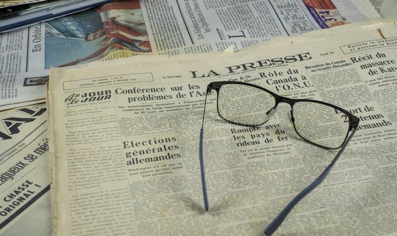 Tidning 1952 för LaPresse tappning med exponeringsglas arkivfoton