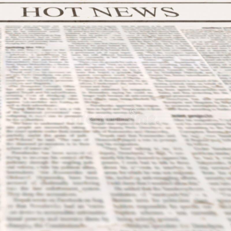 Tidning med varm nyheterna för rubrik och gammal oläslig text arkivbild