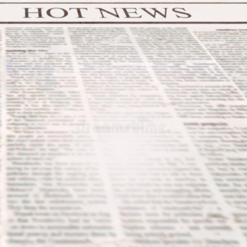 Tidning med varm nyheterna för rubrik och gammal oläslig text fotografering för bildbyråer
