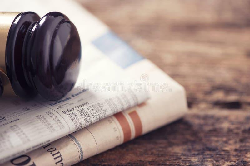 Tidning och auktionsklubba fotografering för bildbyråer