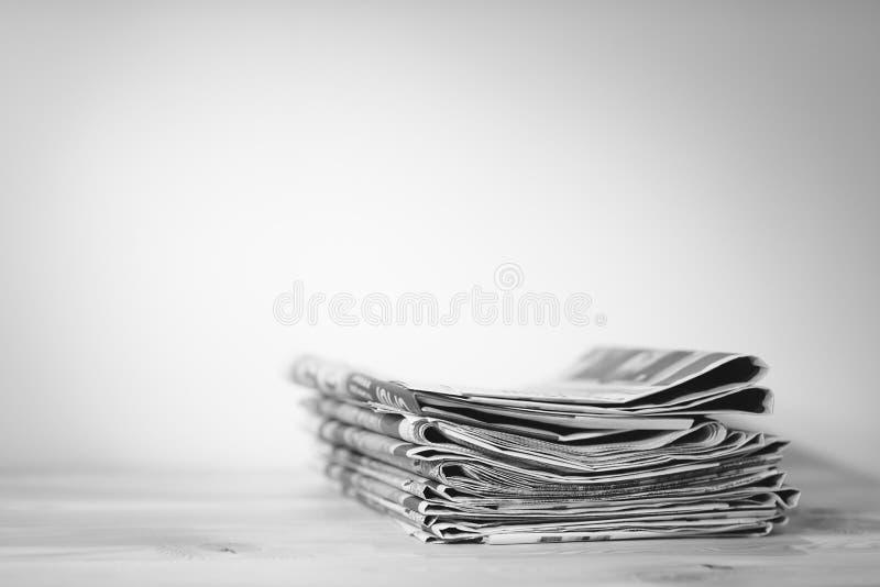 Tidning på trätabellen, pressbegrepp royaltyfri bild