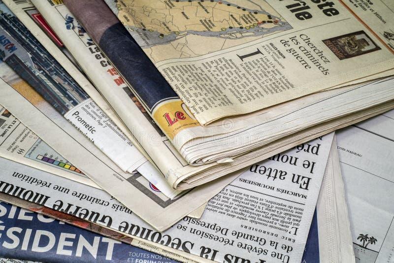 Tidningar för en stackof arkivfoton