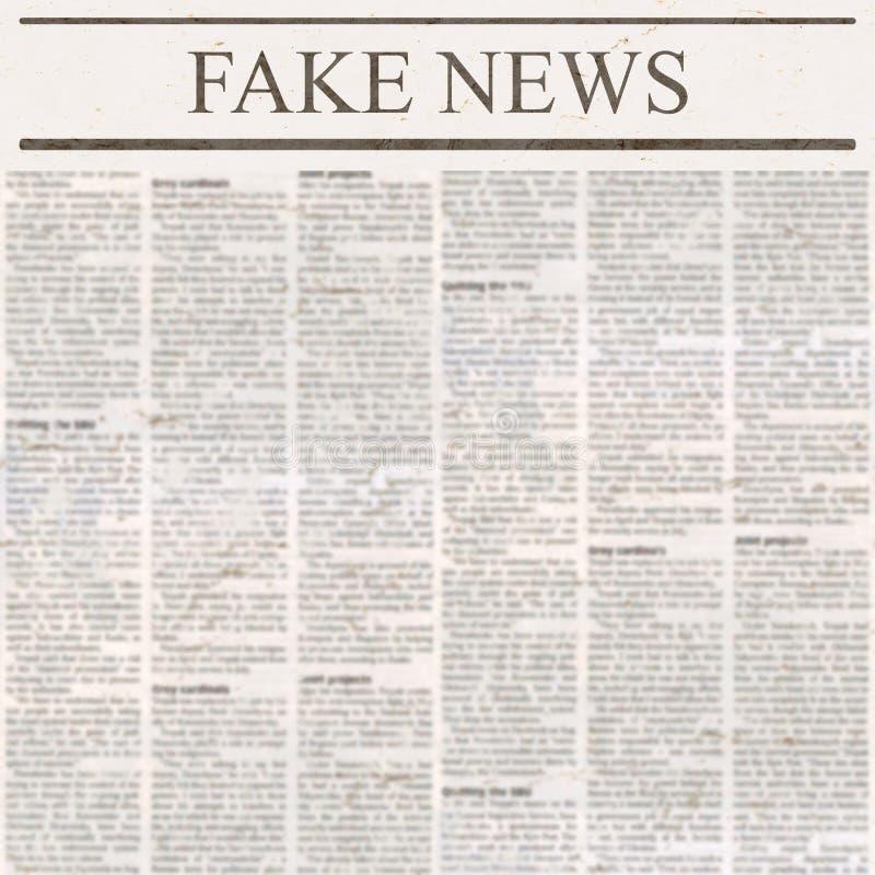 Tidningen med rubriken fejkar nyheterna och gammal oläslig text arkivbilder