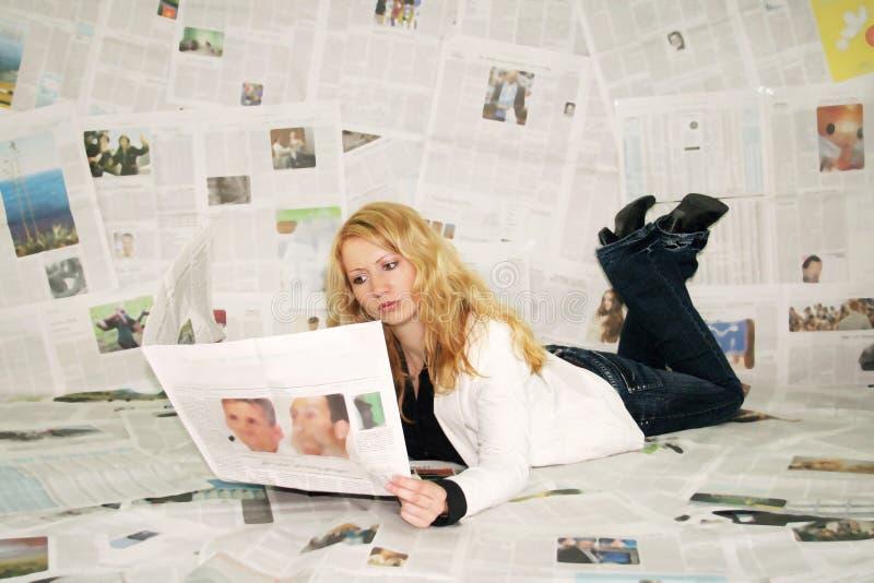tidningsavläsningskvinna arkivfoto