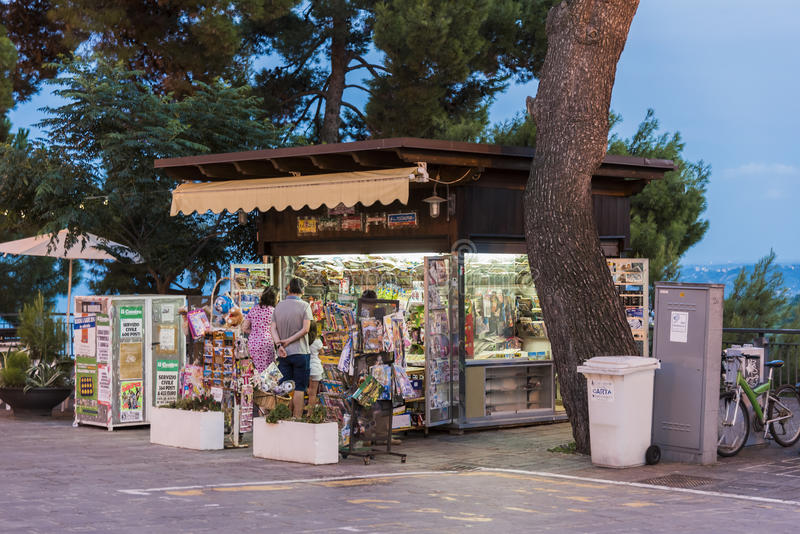 Tidningskiosk i Silvi Paese Italy arkivbild