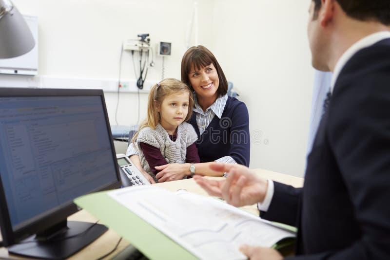 Tidsbeställning för moder och dotter med doktorn arkivfoto
