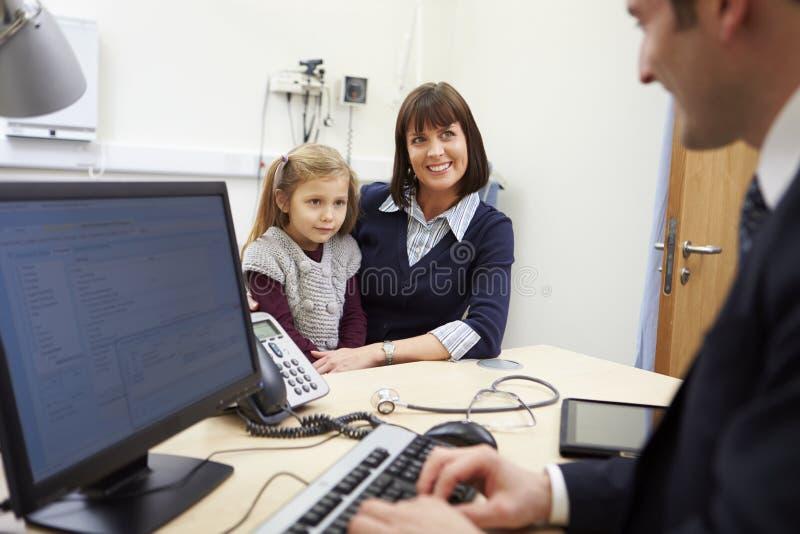 Tidsbeställning för moder och dotter med doktorn arkivbilder