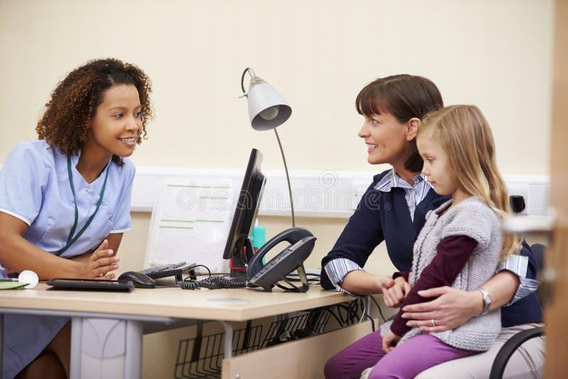 Tidsbeställning för moder och dotter med sjuksköterskan royaltyfri foto