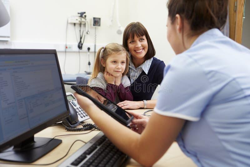 Tidsbeställning för moder och dotter med sjuksköterskan arkivfoton