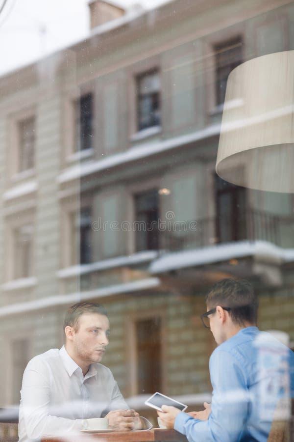 Tidsbeställning i kafé royaltyfri bild
