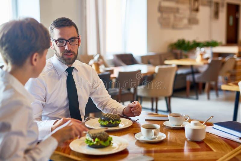Tidsbeställning i restaurang fotografering för bildbyråer