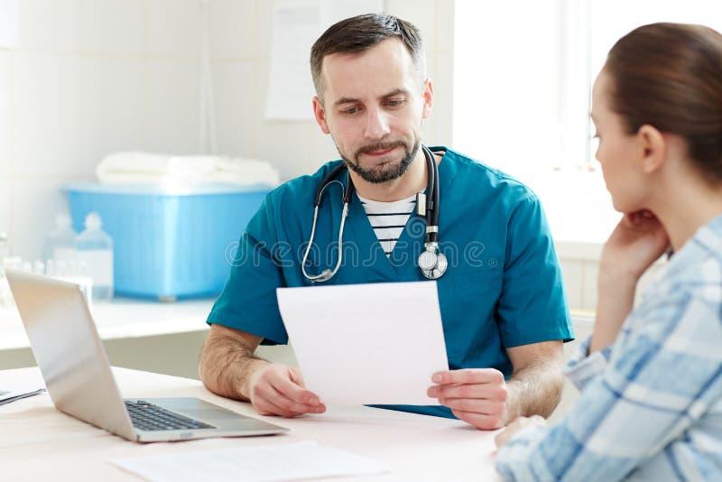 Tidsbeställning med patienten arkivbild