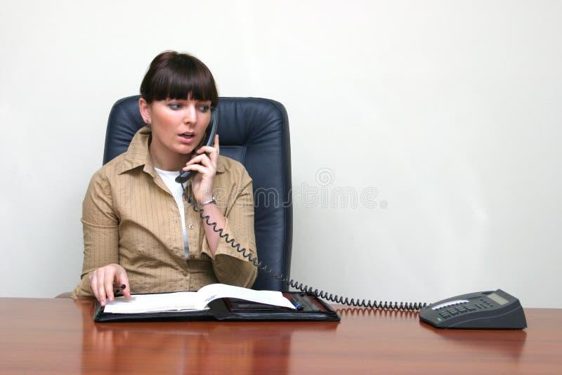 tidsbeställningskonsulent som gör telefonen arkivfoton