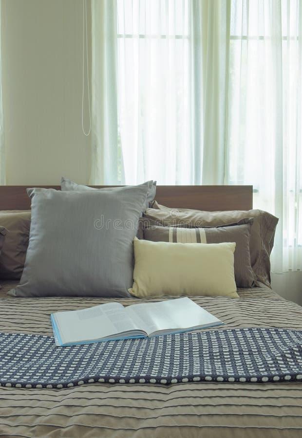 Tidskrift på säng i sovrum för japansk stil arkivfoto