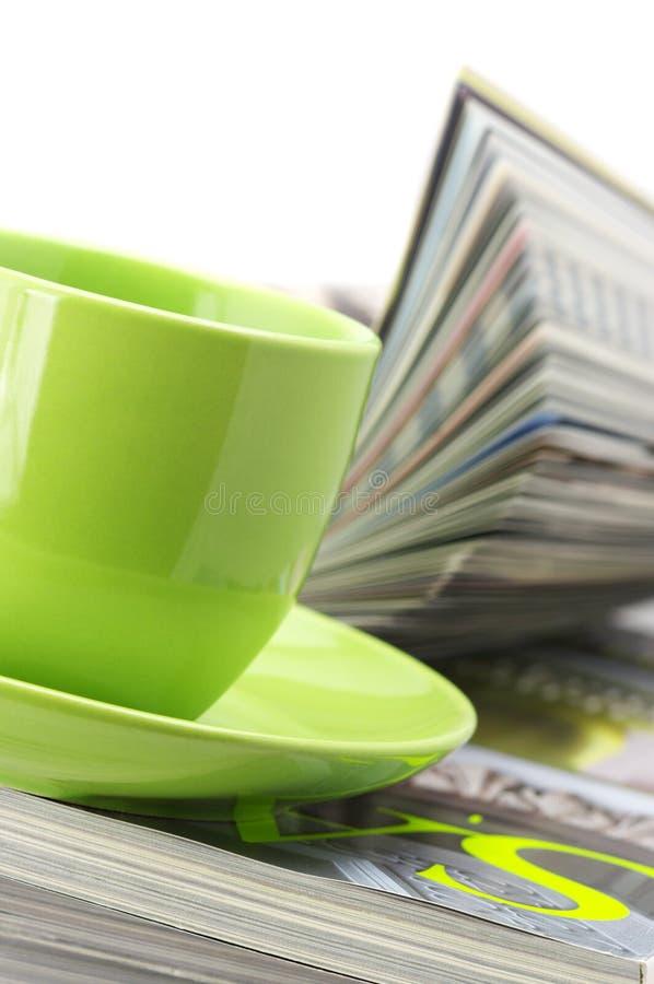 tidskrifter för kaffekopp arkivbild