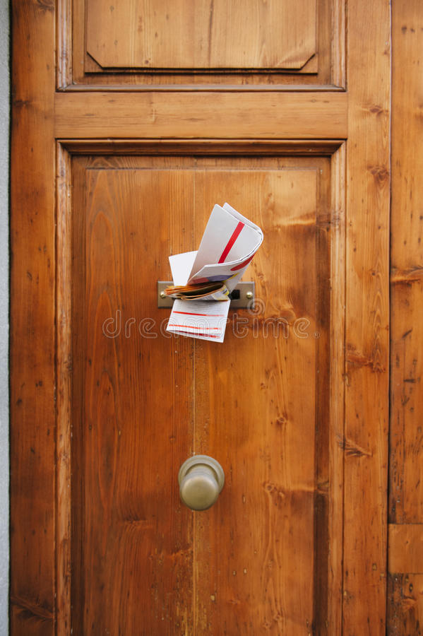 Tidskrifter i en bokstavsask av en dörr royaltyfria bilder