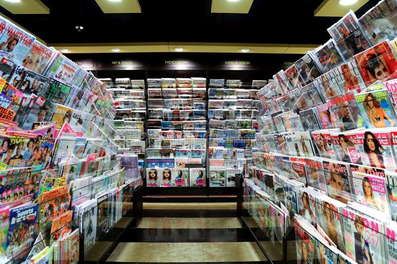 Tidskrifter på bokhandeln arkivbild