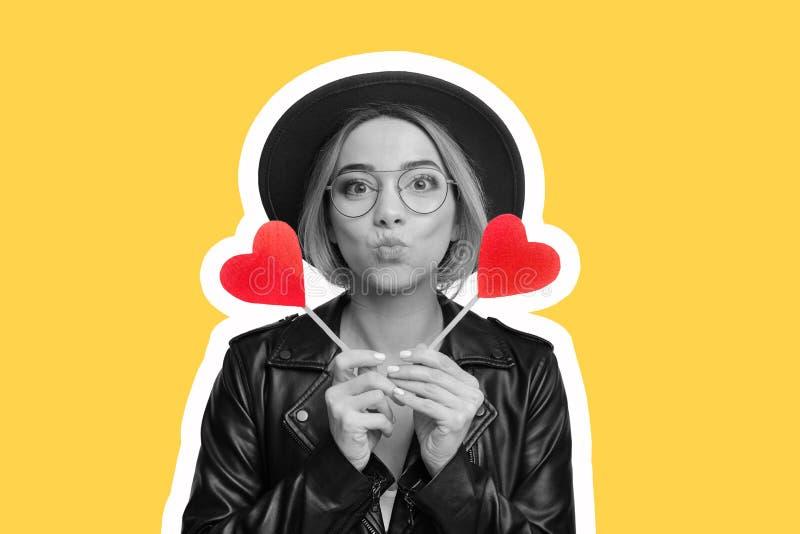 Tidskriftstil Kvinna som har gyckel med pappershjärta fotografering för bildbyråer