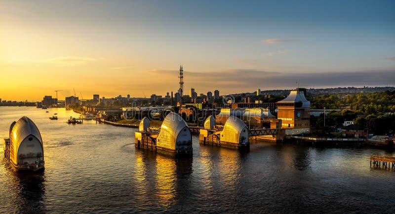 Tidvattens- barriär för Themsen på soluppgång royaltyfri foto