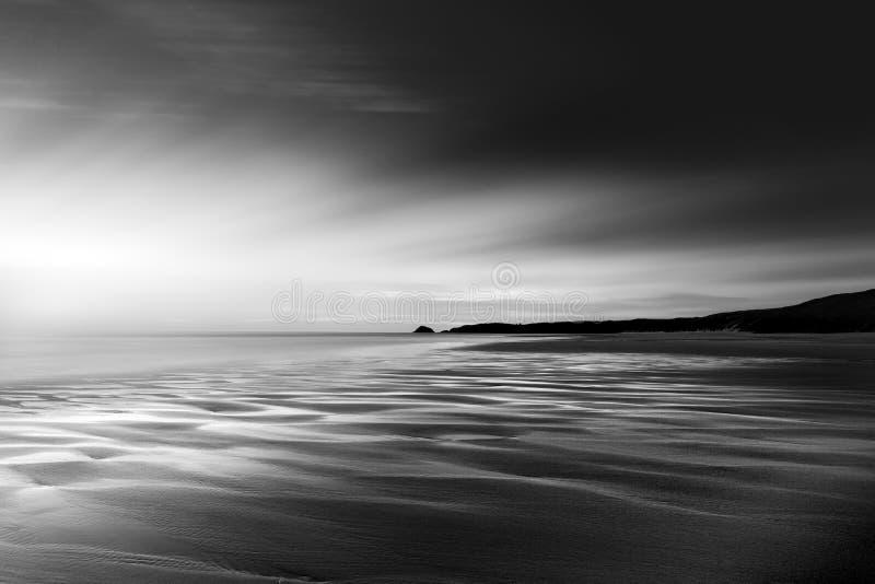 Tidvattens- kontraster på stranden, Perran sander, Cornwall arkivfoton