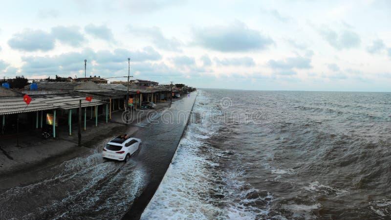 Tidvattnet kommer på havsfördämningen arkivfoton