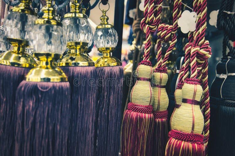 Tieback moderno da cortina do olhar elegante e à moda com acessórios imagem de stock royalty free
