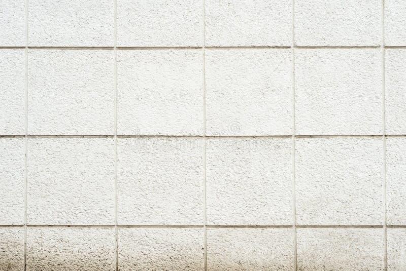 Tiefe Beschaffenheit eines Weiß malte porösen Stein auf der Fassade des Gebäudes Fertigung der Fassade des Gebäudes in stockfotografie