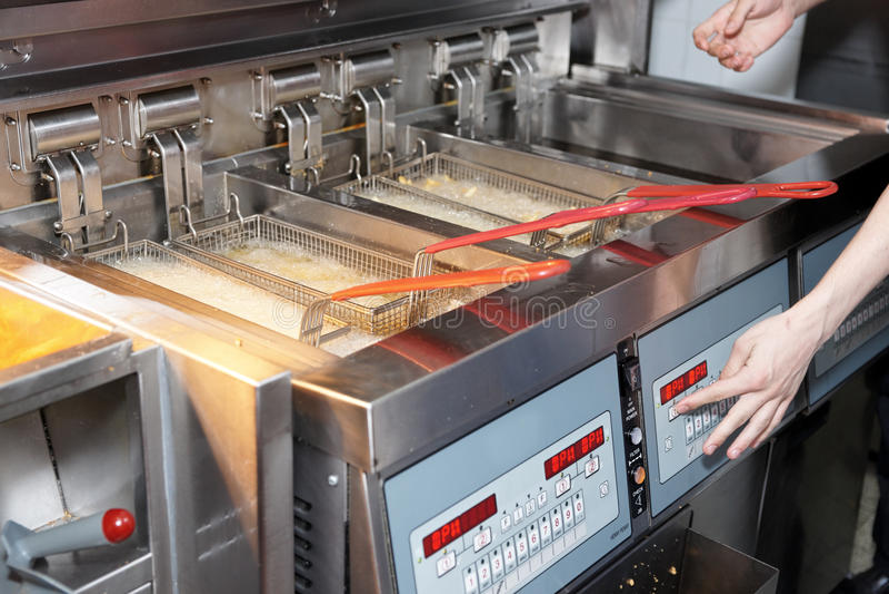 Tiefe Bratpfanne mit kochendem Schmieröl lizenzfreie stockfotos