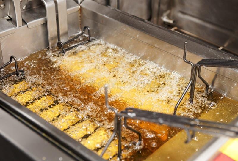 Tiefe Bratpfanne mit Schmieröl auf Gaststätteküche lizenzfreies stockbild