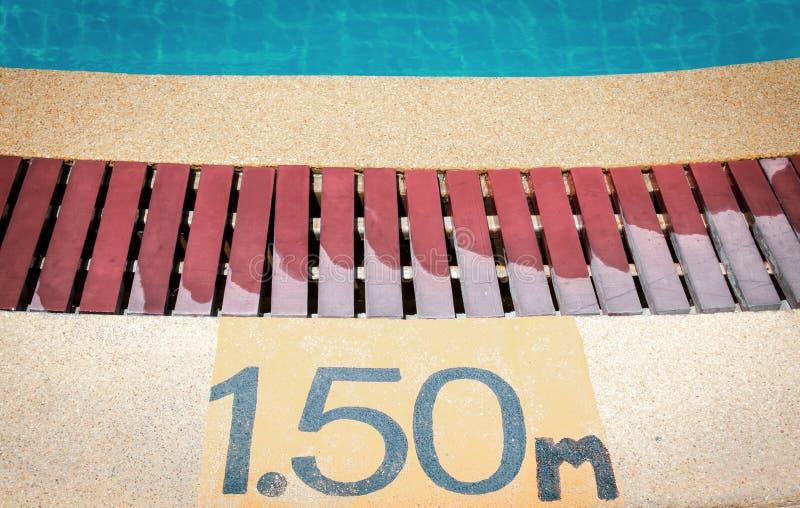 Tiefen-Zeichen des Swimmingpools stockfotos