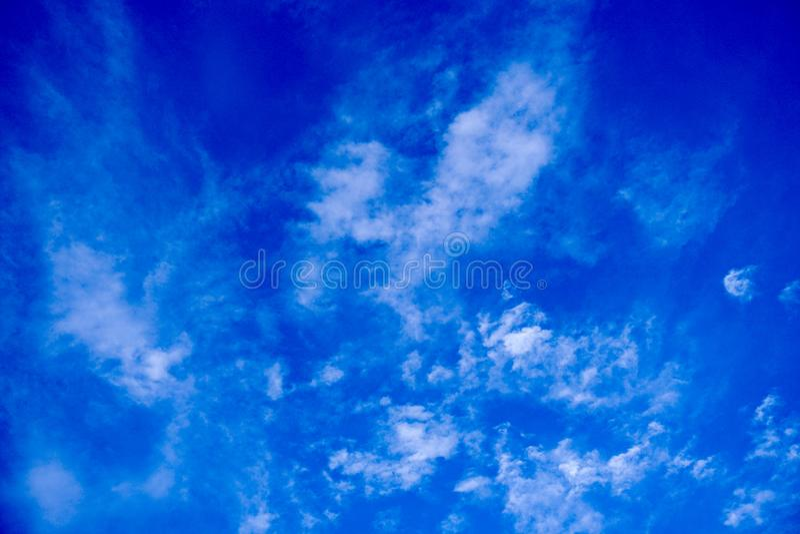 Tiefer blauer Himmel lizenzfreies stockfoto