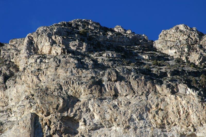 Tiefer blauer Himmel gegen Wüsten-Felsen stockfotografie