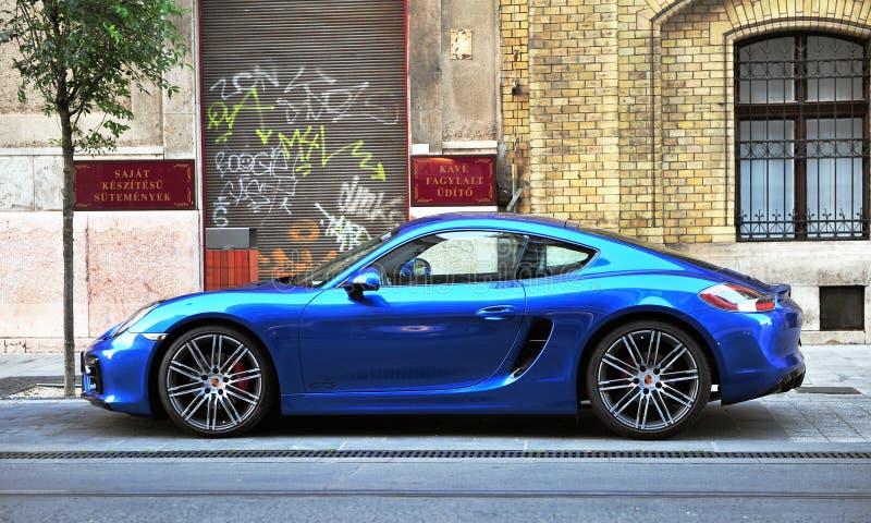 Tiefer blauer Porsche-Sportwagen in der Straße von Budapest lizenzfreies stockbild