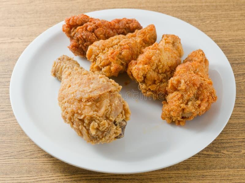 Tiefer Fried Chicken Wings auf einem weißen Teller stockbilder