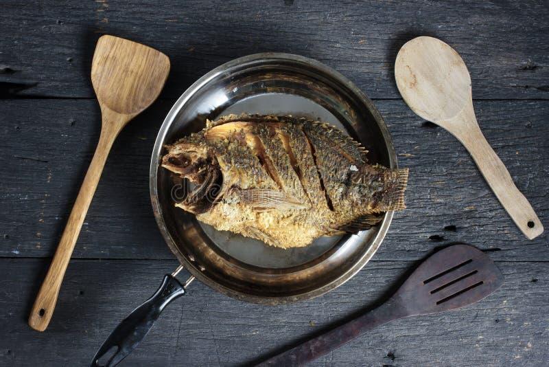 Tiefer Fried Tilapia Fish mit Salz, Draufsicht lizenzfreies stockfoto