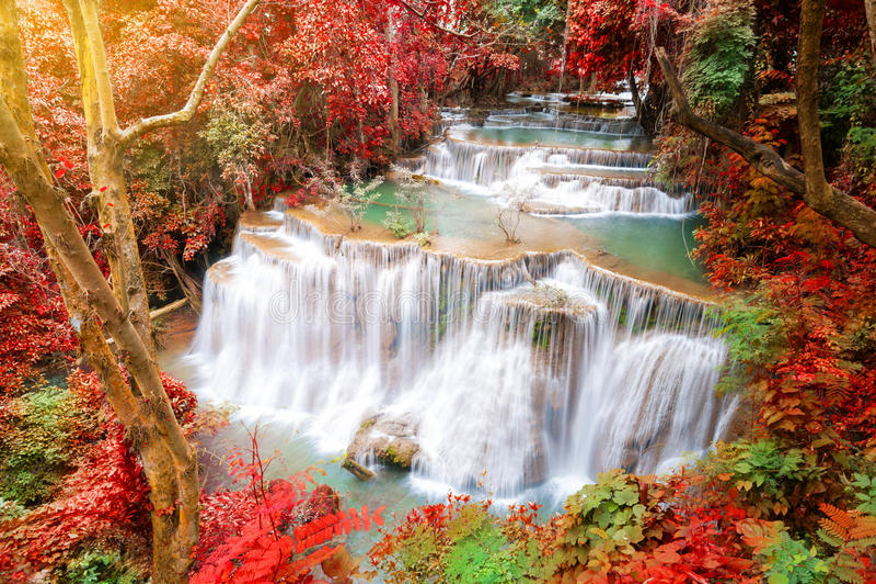 Tiefer Waldwasserfall in der Herbstszene bei Huay Mae Kamin waterfal stockbilder
