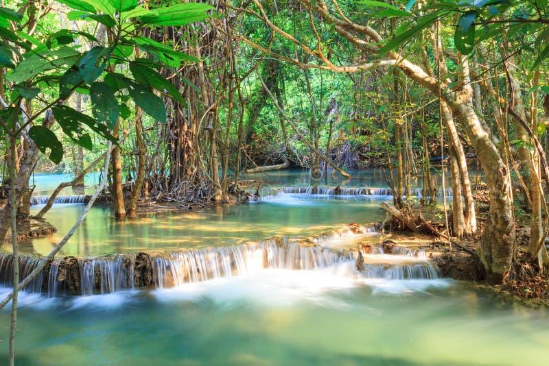 Tiefer Waldwasserfall in Kanchanaburi (Huay Mae Kamin) lizenzfreie stockbilder