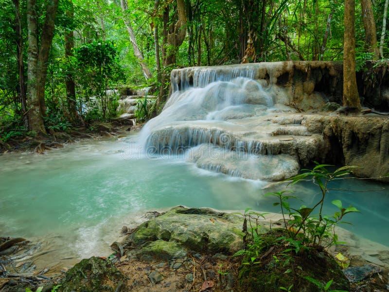 Tiefer Waldwasserfall in Wasserfall Thailands Erawan stockfotografie