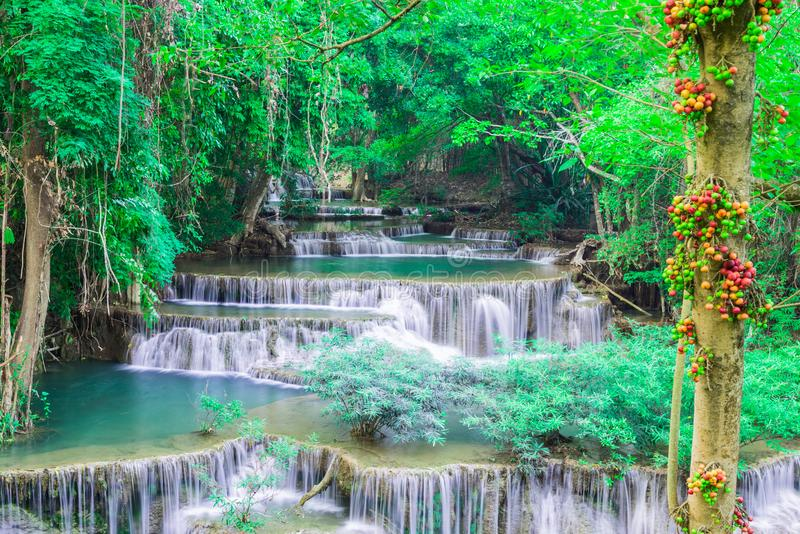 Tiefer Wasserfall in Huay Mae Kamin Kanjanaburi Thailand lizenzfreie stockfotografie