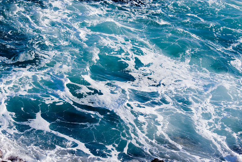 Tiefes blaues ominöses Ozean-Wasser lizenzfreie stockbilder