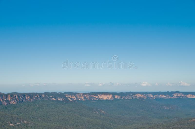 Tiefgrüner Wald und langer Gebirgshügel am blauen Berg in Syd lizenzfreie stockfotografie