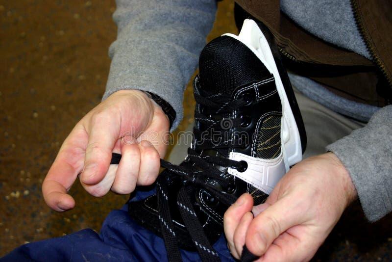 Tieing les patins photographie stock libre de droits