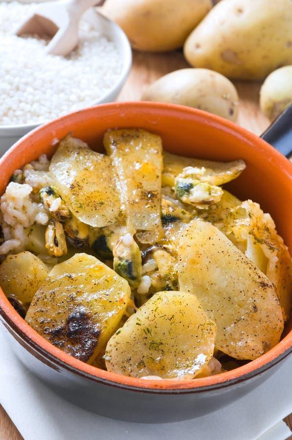 Tiella de patatas, del arroz y de mejillones. foto de archivo libre de regalías