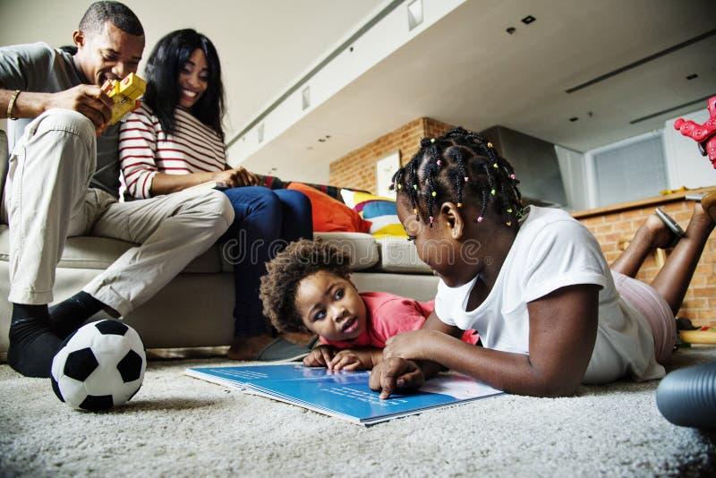 Tiempo africano de la calidad del gasto de la familia junto imagen de archivo libre de regalías