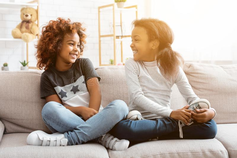 Tiempo afroamericano feliz del gasto de las muchachas junto en casa imagen de archivo libre de regalías