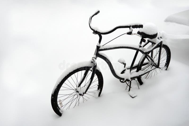 Tiempo anormal Mún tiempo en invierno Bici en la nieve Bicicleta sola cubierta con nieve Bici enterrada en nieve Primera nieve imagen de archivo libre de regalías