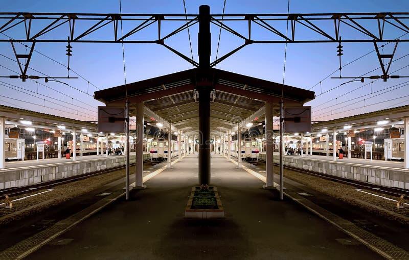 Tiempo azul hermoso de la hora en una plataforma del pentágono de la estación de tren local fotos de archivo libres de regalías