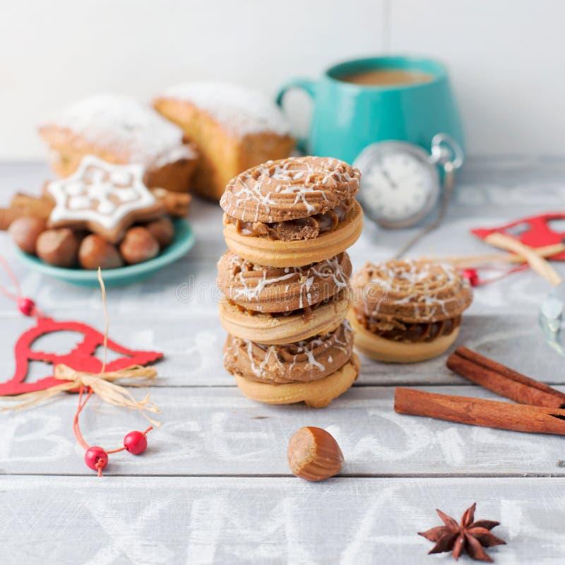 Tiempo con las galletas, decoración del café de Navidad Canela y nueces, Christm imagenes de archivo