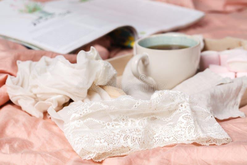 Tiempo de desayuno en cama e interior libre del lugar y de la leche y del pan y del hogar imagen de archivo libre de regalías