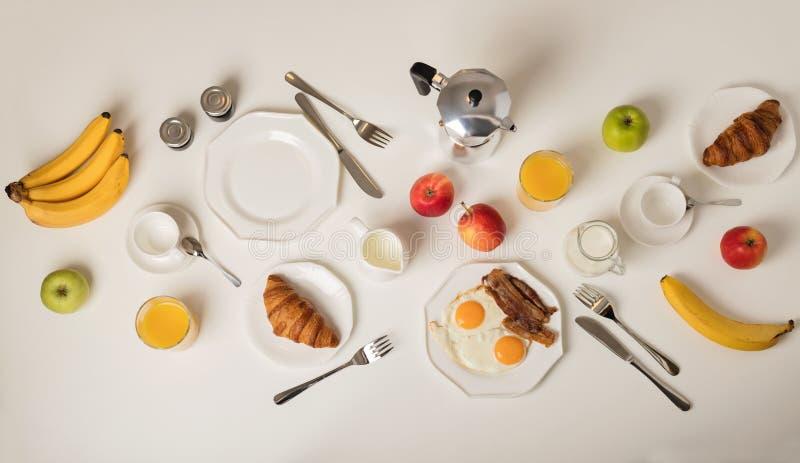 Tiempo de desayuno Fried Eggs And Bacon Cruasanes y juic anaranjado imagenes de archivo